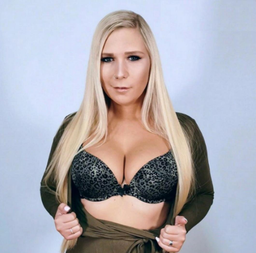 Lena Nitro eine Blondine aus Deutschland beim Blowjob